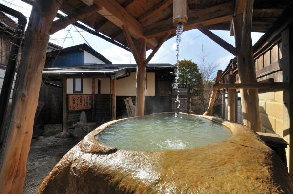 大きな岩をくりぬいた特別な貸切風呂