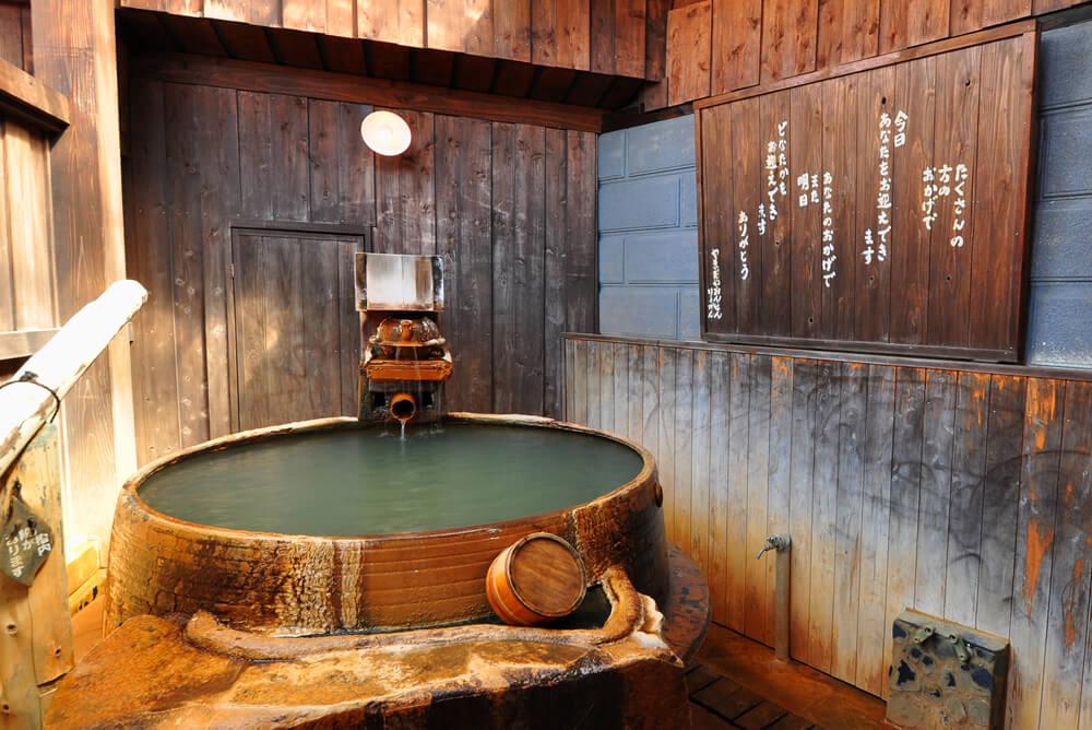 和の趣を生かした豪快な貸切風呂